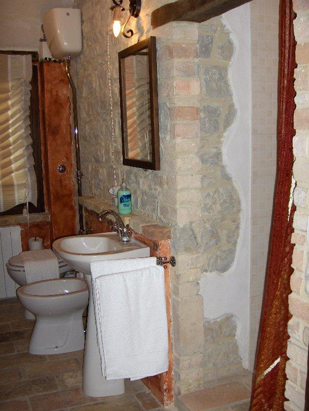 bagno con grande doccia in muratura piano primo